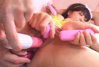 Puttana asiatica si lascia masturbare la figa